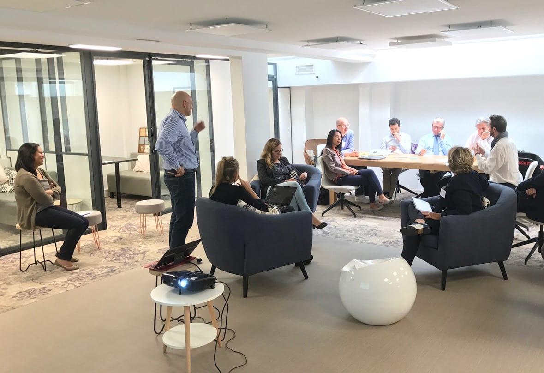 Une formation tenue dans une salle de réunion